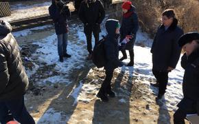 Хабаровские дети пролезают под поездами, чтобы попасть в школу